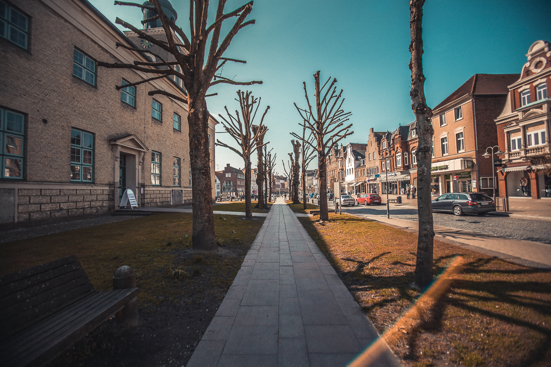 Spazieren-am-Marktplatz-in-Husum