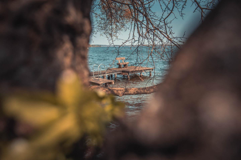 Abschalten-auf-einer-Bank-am-Schaalsee