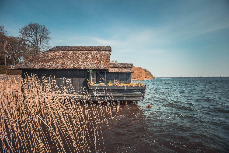 Am-Schaalsee-gibt-es-viele-Bootshaeuser
