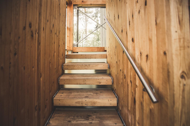 Holztreppe-in-der-Eine-Welt-Kirche-in-Schneverdingen