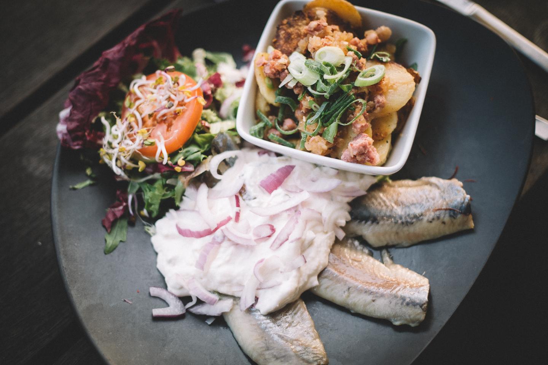 Leckerer Matjes darf beim Abendessen in Sankt Peter Ording natürlich auch nicht fehlen.