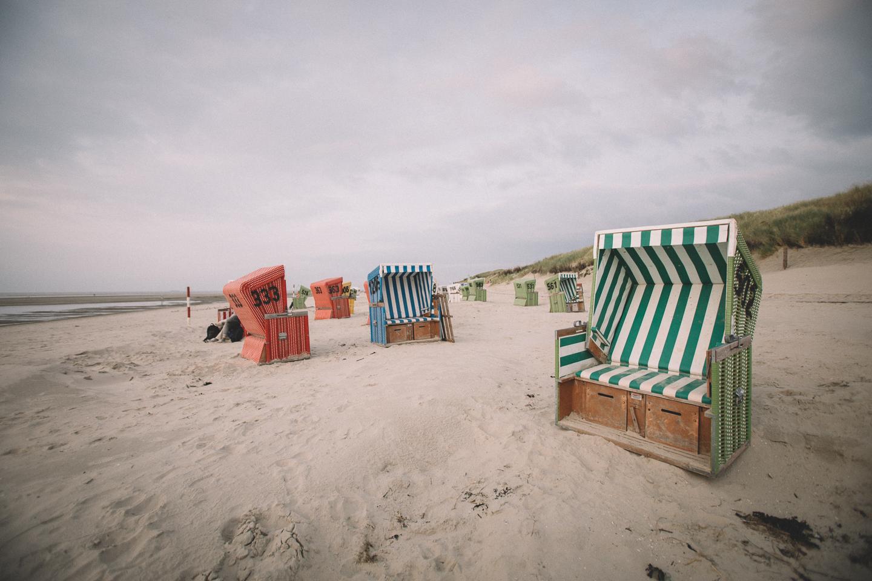 Bunte-Strandkoerbe-beim-Strandspaziergang-auf-der-Insel-Langeoog