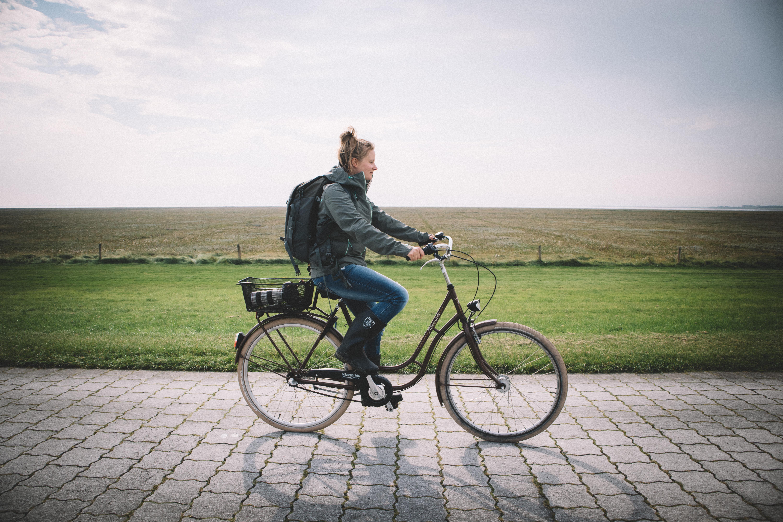 Mit-dem-Fahrrad-auf-dem-Weg-zur-Robbenbeobachtung-auf-Langeoog