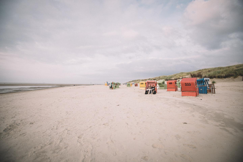 Wunderschoene-Strandkoerbe-auf-Langeoog